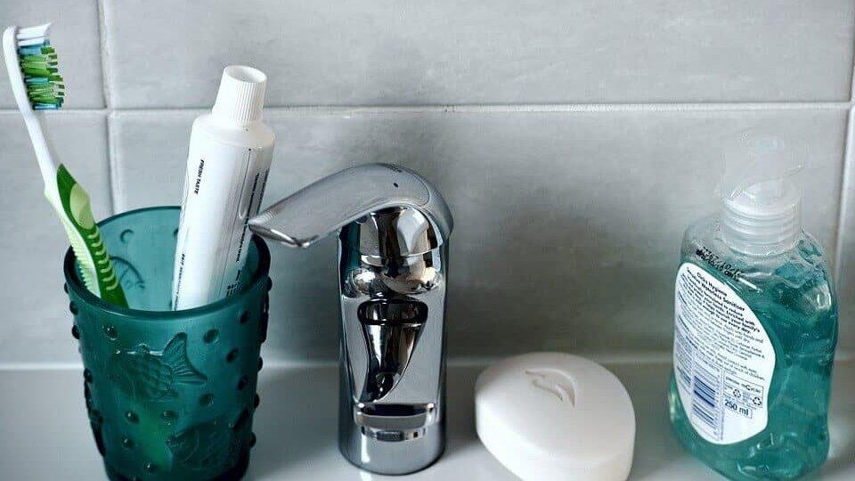 Cuidado bucodental completo utilizando frescoryl y utensilios necesarios