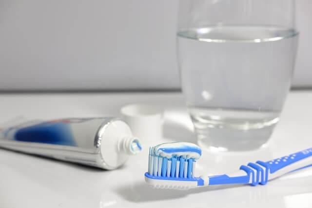 No debes poner mucha pasta de dientes en tu cepillo porque es un error