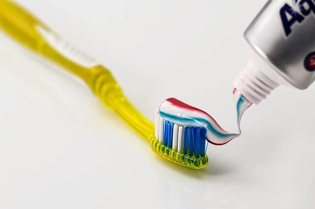 Las pastas de dientes utilizan las texturas y los colores para llamar la atención