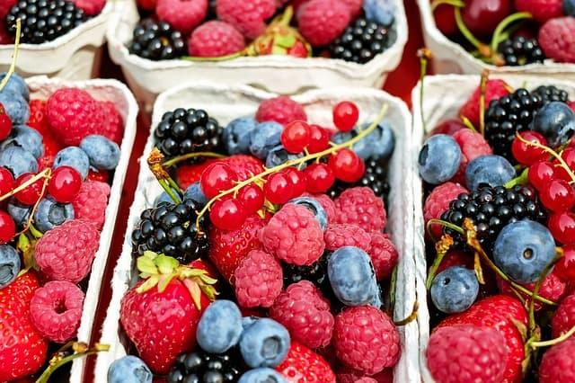 Comer fruta de temporada como fresas y frambuesas es saludable
