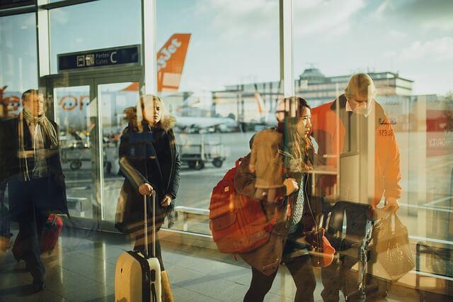 Esperar con tu maleta en el aeropuerto